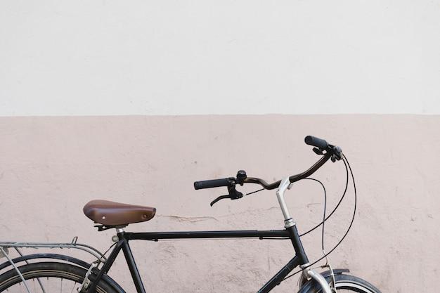 Bicicleta delante de la pared Foto gratis