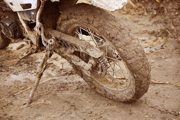 Bicicleta deportiva sucia después de la competencia se encuentra en el reposapiés del pasajero Foto Premium
