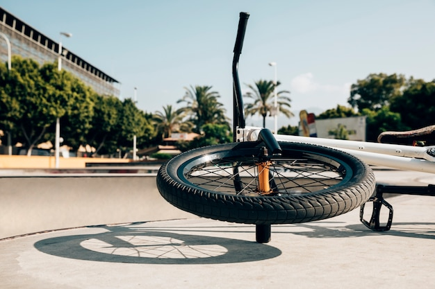 Bicicleta de estilo libre bmx en skatepark Foto gratis