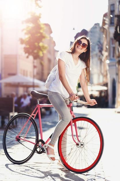 Bicicleta hipster girl ride Foto Premium