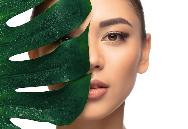 Bien cuidado. retrato de mujer joven hermosa sobre fondo blanco de estudio. concepto de cosmética, maquillaje, tratamiento natural y ecológico, cuidado de la piel. aspecto brillante y saludable, moda, salud. copyspace. Foto gratis