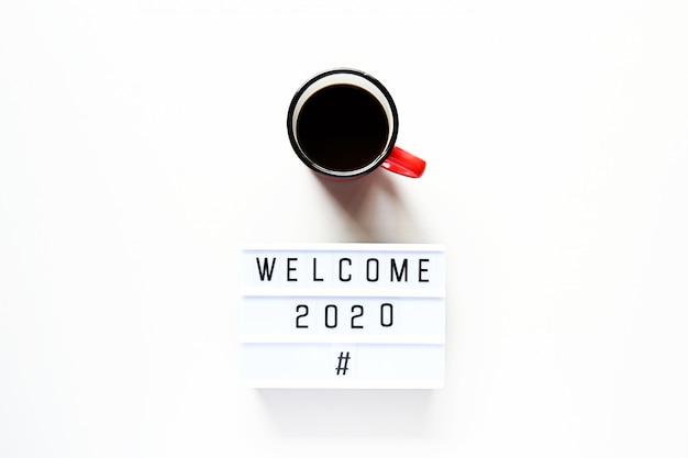 Bienvenido 2020 con una taza de café Foto Premium