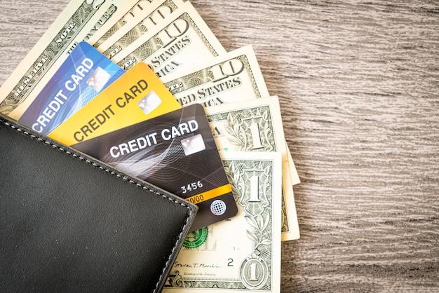 Billetera con dinero y tarjeta de crédito - concepto de economía y finanzas Foto Premium