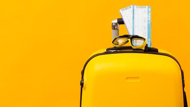 Billetes de avión en equipaje amarillo Foto Premium