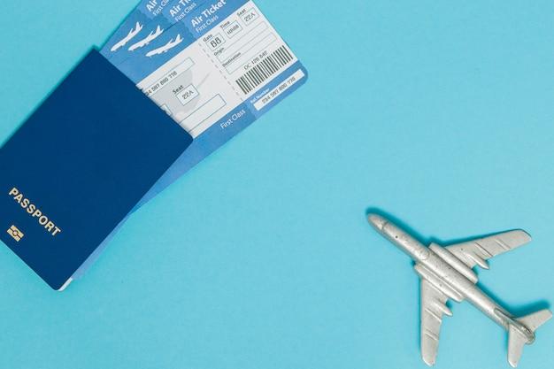 Billetes de avión y pasaporte con modelo de avión Foto Premium