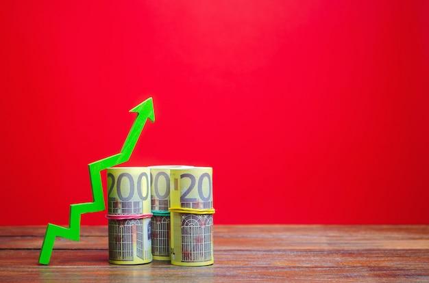 Billetes de euro y flecha verde hacia arriba. el concepto de un negocio exitoso. incrementar ganancias y capital Foto Premium