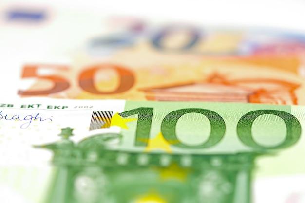 Billetes en euros de fondo. Foto Premium