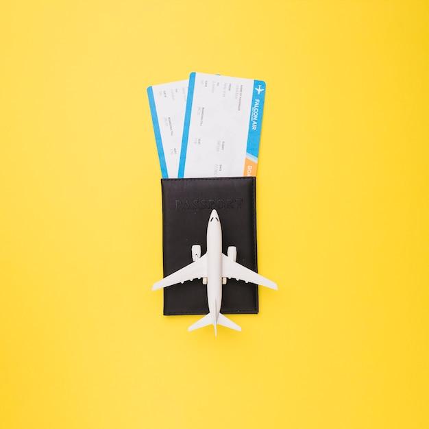 Billetes, pasaporte y avión de juguete. Foto Premium