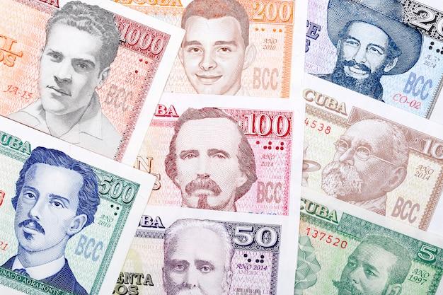 Foto Premium | Billetes de pesos cubanos