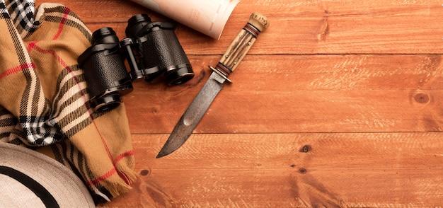 Binoculares de vista superior y marco de cuchillo Foto gratis