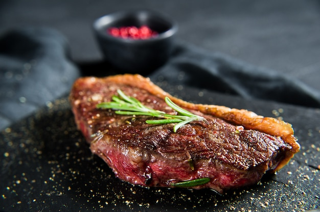 Bistec de ternera con romero. Foto Premium