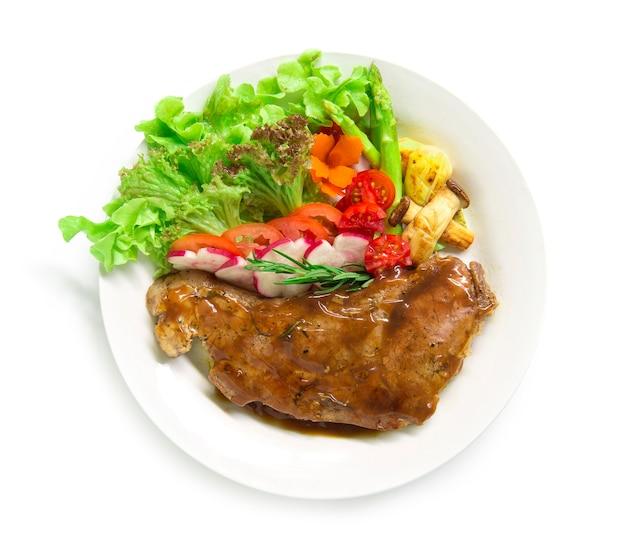 Bistec de ternera con salsa de salsa decoran romero fresco, espárragos a la parrilla con setas y rábano Foto Premium