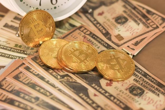 Bitcoin y dollar en la cama Foto Premium