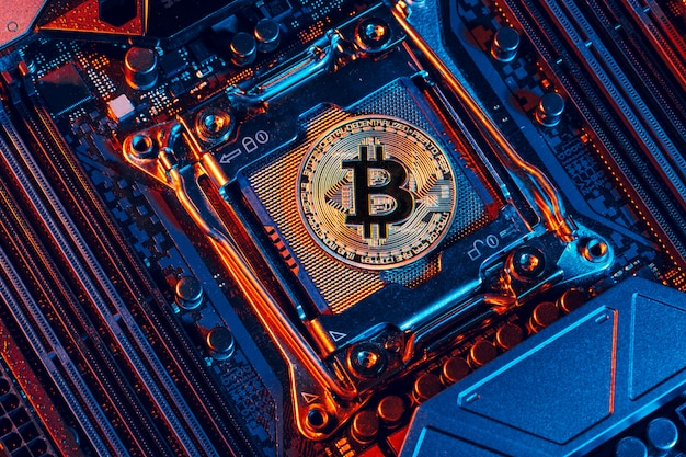 Bitcoin dorado y chip de computadora Foto Premium