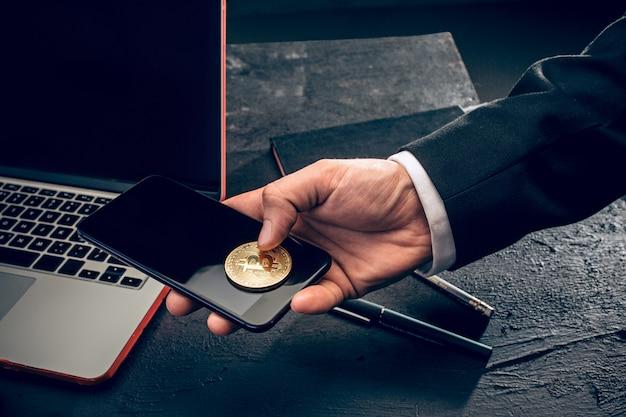 El bitcoin dorado en manos de correo Foto gratis