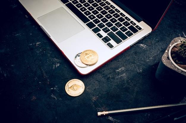 El bitcoin dorado en el teclado Foto gratis