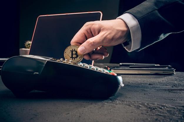 Bitcoin, tarjeta de crédito y terminal pos Foto gratis