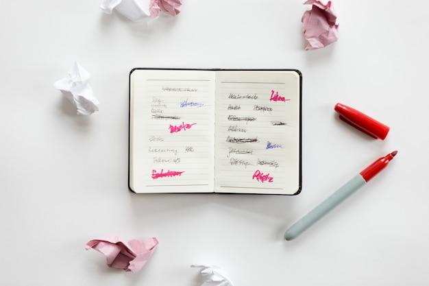 Blanco, oficina, escritorio, abierto, cuaderno, arrugado, papel Foto gratis