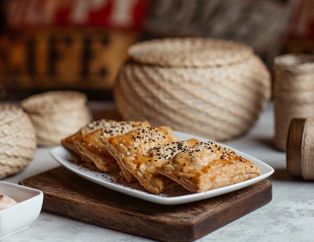 Blinchik asado, comida rusa en un plato blanco. Foto gratis