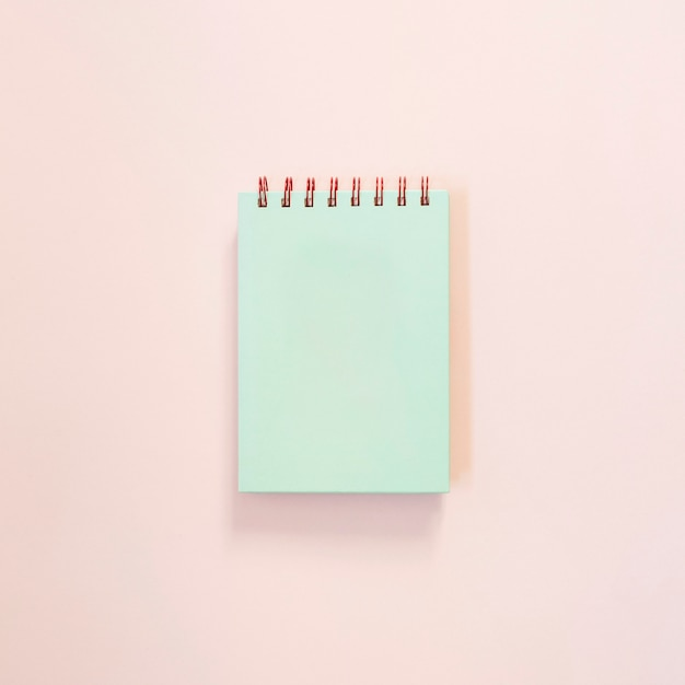 Bloc de notas de color turquesa sobre fondo rosa claro   Descargar ...