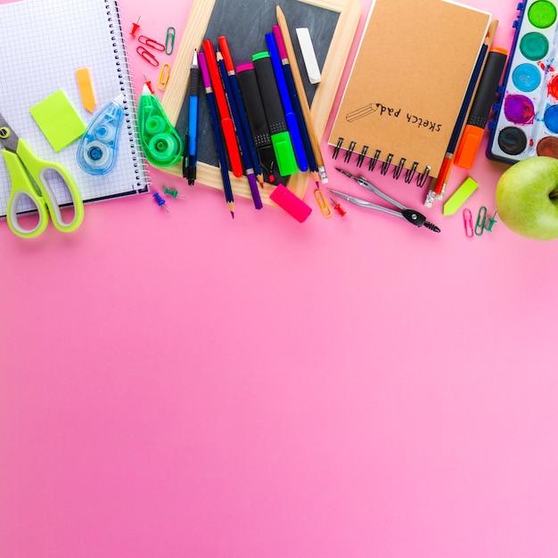 Bloc de notas y lápices sobre rosa   Descargar Fotos gratis