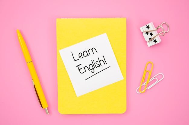 Bloc de notas amarillo con maqueta de notas adhesivas para aprender inglés Foto gratis