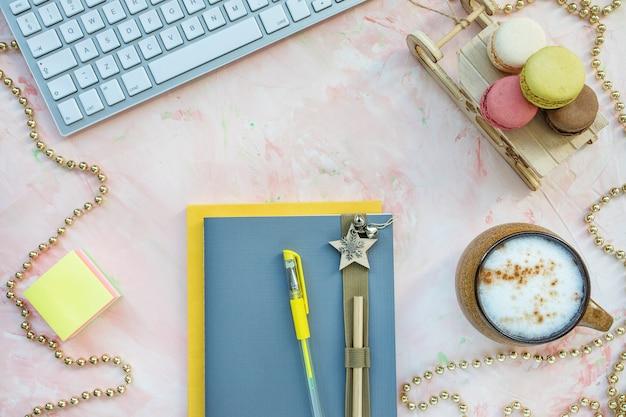 Bloc de notas, bolígrafo, teclado y café. espacio de trabajo de navidad Foto Premium