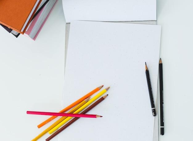 Bloc de notas sobre la mesa Foto gratis