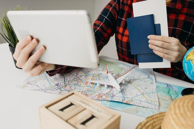 Blogger femenina streaming rutina de viajes en línea con tableta Foto gratis