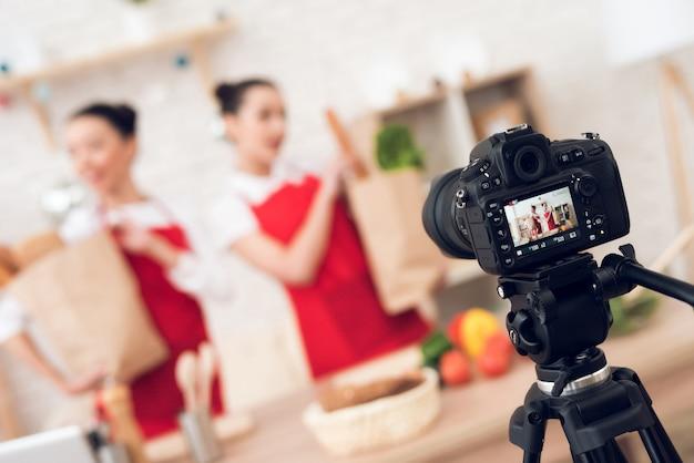 Los bloggers sostienen paquetes con comida a la cámara. Foto Premium