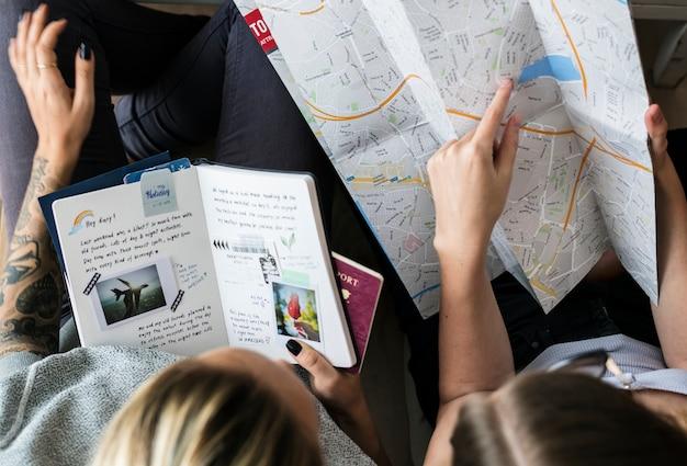 Bloggers de viajes que planean un viaje Foto Premium