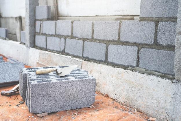 Bloquee la espátula de hormigón y la espátula en el sitio de construcción. Foto Premium