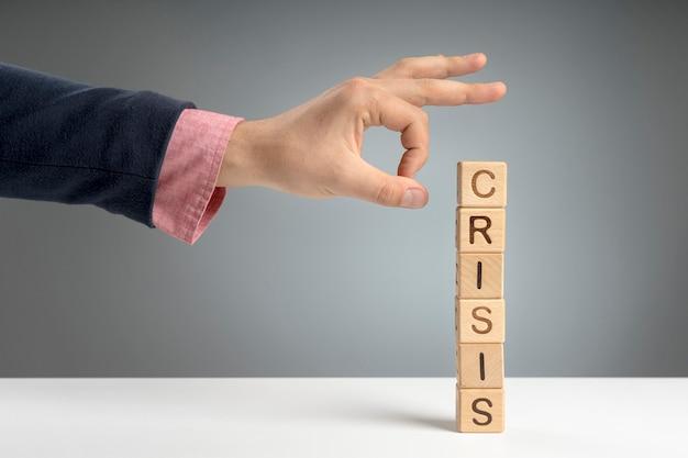 Bloques de madera con mensaje de crisis en el escritorio Foto gratis