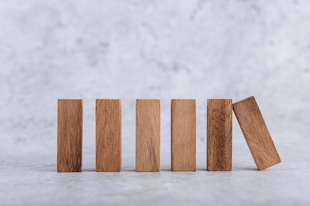 Bloques de madera, utilizados para juegos de dominó. Foto gratis