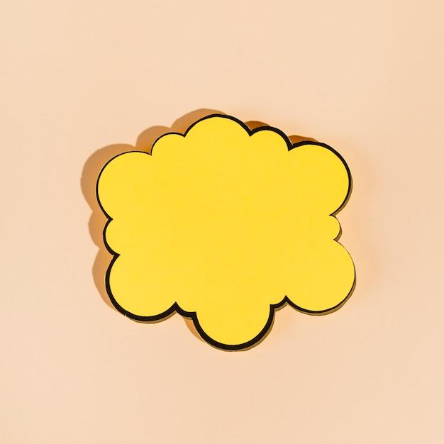 Un bocadillo amarillo vacío sobre fondo beige Foto gratis