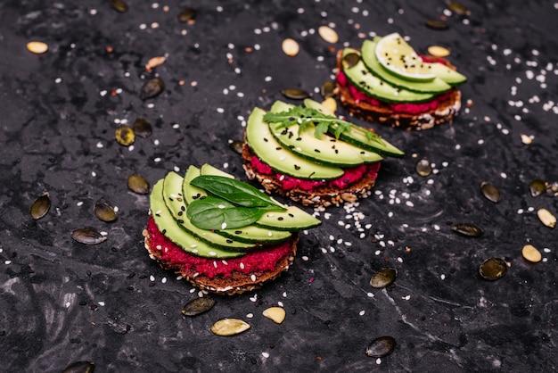 Bocadillos de aguacate con semillas, sésamo y limón. Foto Premium