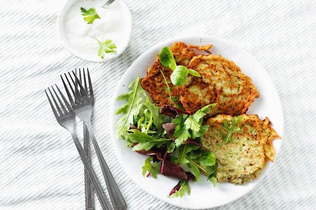 Bocadillos vegetarianos aperitivos calabacines buñuelos desayuno saludable vista superior blanca Foto Premium