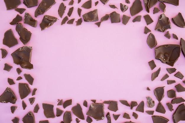 Bocaditos de chocolate en forma de marco. Foto gratis