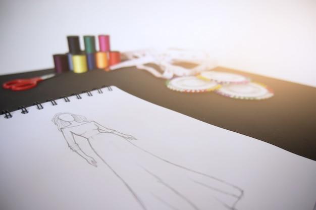 910780f51 Bocetos de diseño de ropa de moda dibujo en el taller. concepto de ...