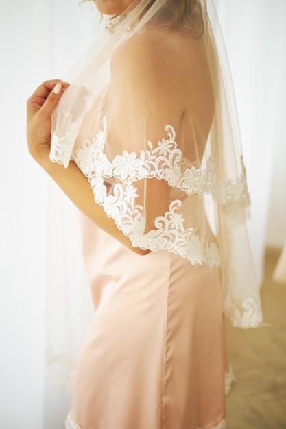 Boda conceptual, la mañana de la novia al estilo europeo. vestido de baño Foto Premium
