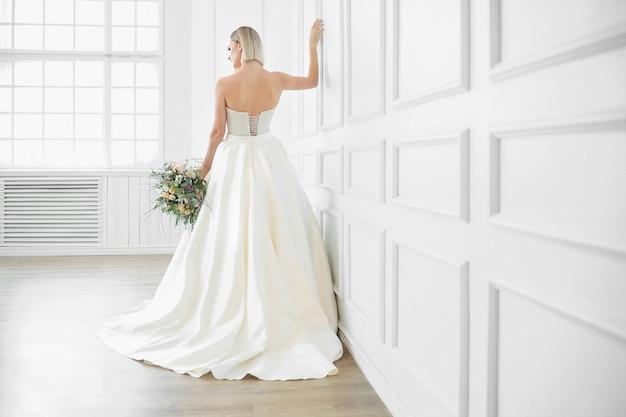Boda. hermosa novia en un vestido de novia Foto gratis