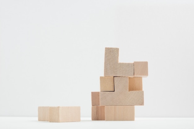 Bodegón de cubos de madera Foto gratis