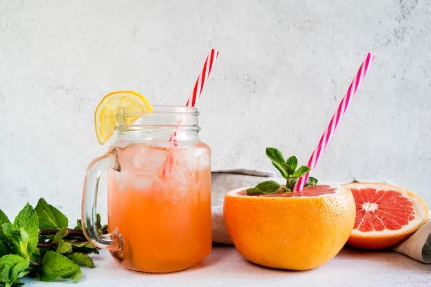 Bodegón de delicioso smoothie de verano Foto gratis