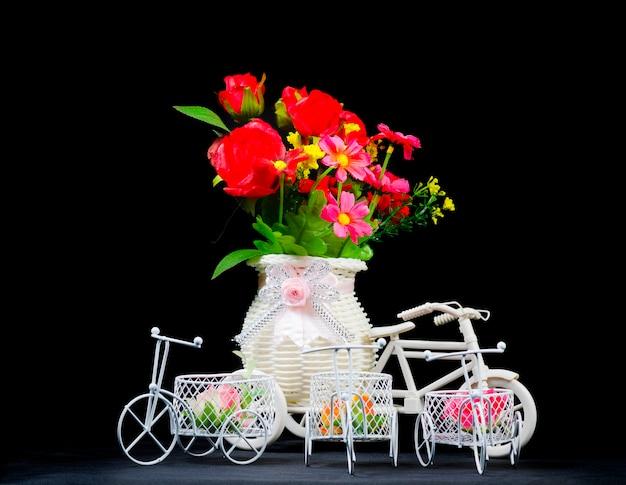 Bodegón con flores y adornos. Foto Premium