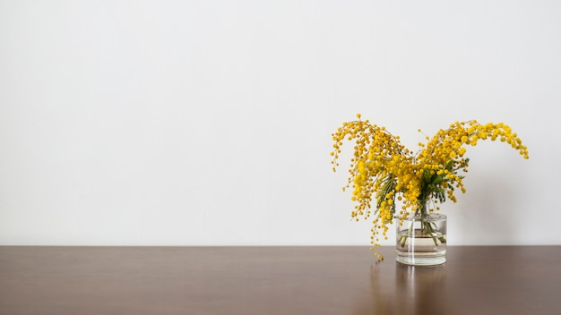 Bodegón de flores con copyspace Foto gratis