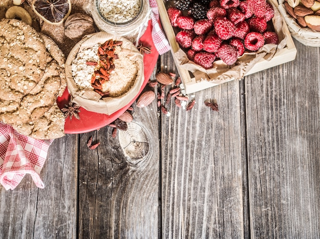 Bodegón con frambuesas y nueces Foto gratis