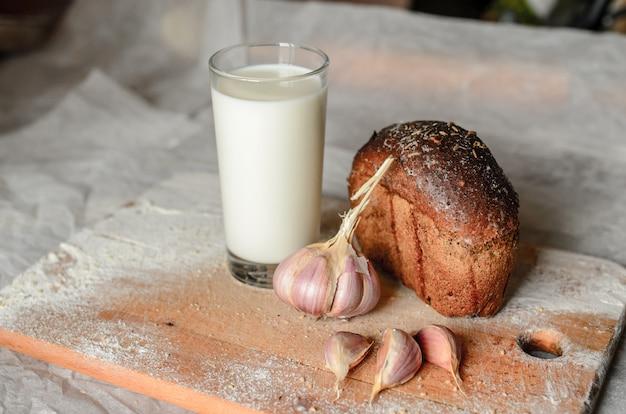 Bodegón de leche, pan y ajo. Foto Premium