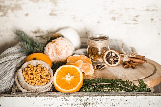 Bodegón con naranja y espino amarillo Foto gratis