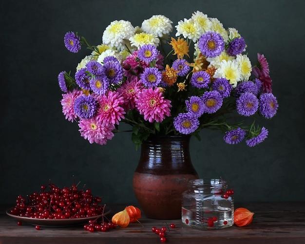 Bodegón otoñal con crisantemos y ásteres. Foto Premium