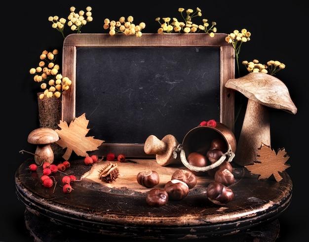Bodegón de otoño con decoraciones de otoño y pizarra Foto Premium